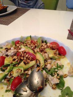 Heerlijke gekookte kipfilet-salade met avocado, pijnboompitten en cherrytomaatjes. Heerlijk met een dressing van olijfolie, appelazijn, mosterd en honing.