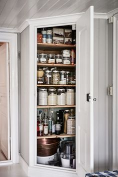 Apartment Kitchen, Home Decor Kitchen, Kitchen Dining, Kitchen Pantry, Kitchen Storage, Shaker Kitchen, Luxury Homes Interior, Interior Design, Pantry Design