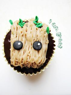 I need to make Groot cupcakes. I like the clean look of fondant and to me it is just as easy to make as buttercream. guardians of the galaxy cupcake 2 Marvel Cupcakes, Avenger Cupcakes, Galaxy Cupcakes, Marvel Cake, Marvel Avengers, Marvel Comics, Book Cupcakes, Cupcake Art, Cupcake Cakes
