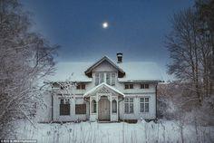 雪の中で沈黙。 ヴェルムランド、スウェーデン、それが放棄された理由、それが最後に占有またはされたときの兆候でこの家の玄関のドアに至る経路には足跡がありません...