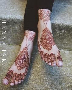 There's something about a dark henna stain on the feet 😍 ____________________. Henna Designs Feet, Floral Henna Designs, Mehndi Designs For Beginners, Henna Designs Easy, Mehndi Art Designs, Latest Mehndi Designs, Bridal Mehndi Designs, Easy Henna, Leg Henna