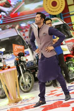 Dawar Siddiqui Mens Indian Wear, Indian Men Fashion, Mens Fashion, Mens Shalwar Kameez, Kurta Men, Mens Attire, Mens Suits, Kurta Pajama Punjabi, Long Skirt Fashion