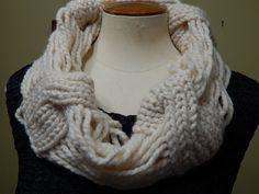 Cuello tejido con lana gruesa algo diferente muy fácil y rápido de hacer , mide 8 pulgadas, 20cm de ancho, 15 pulgadas, 38 cm de largo
