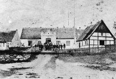 Navigationsskolens hovedbygning i mange år frem til indvielsen af den nye hovedbygning på omtrent samme sted i 1885.  På fronten står der vist Bogø Sømandsskole 1864, men det er ikke let at se. I november 1866 blev Bogø Navigationsskole oprettet som en fuldstændig navigationsskole. Fra Mia Gerdrups arkiv.