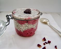 Pouding de chia et nice cream aux mûres Oatmeal, Nice, Breakfast, Food, Banana, Chia Seeds, Puddings, Almond Milk, Eten