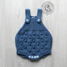 Handgestrickte Baby Strampler. Sehr schön gemacht, mit schönen Mais-Muster auf der Vorder- und Rückseite der Strampler entworfen und fertig mit schönen Knöpfen auf der Streifen und im Windelbereich bequem und leicht zugänglich. Hergestellt aus weichem Garn: 55 % Wolle 33 % Acryl