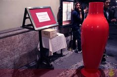 Misses Flower Power rosso ad accogliere gli invitati in ingresso...