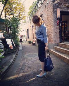 気持ちは基本ピンクなのに、服も靴もバッグもステーショナリーもインテリアも、ブルーばっかり増えていく♡♡ * とくにブルーグレーとアイスブルーがツボ過ぎて好きみたいです。 * そんな今日のコーディネートは @kobatoshino さんのアドバイスを参考に着てみたの♡♡(スカートが白なら尚更◎らしい。白も買いですね) いわゆるオトナ女子ってやつ。 わたしのワードローブに詳しいKOBA氏だからできるのね💓 #一家に1人KOBAさん #スタイリストって着回しうまいよ #わたしは着回し苦手だけど会話を回すのだけは得意よw * * #お仕事ファッション#コーディネート#ファッション#働くママ#アイスブルー#ブルーグレー#ブルー#ロンシャン#ユニクロ#プチプラ#ザラ#Longchamp#ZARA#UNIQLO#fashion#code#ootd#wordrobe#mama#blue#iceblue#bluegray