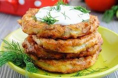 Fritters zucchini with cheese and garlic Czech Recipes, Russian Recipes, Ethnic Recipes, Healthy Diet Recipes, Vegetarian Recipes, Cooking Recipes, Zucchini Puffer, Zucchini Fritters, Good Food