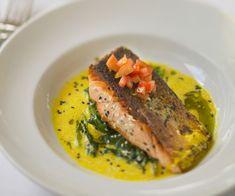 Préparez du saumon à la sauce béarnaise grâce à notre recette facile. Ce plat goûteux va vous régaler.
