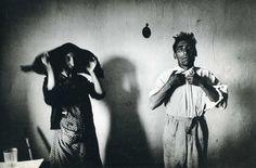 Nacido en Checoslovaquia y nacionalizado francés, Josef Koudelka es uno de los nombres más prestigiosos de la Agencia Magnum y también uno de los fotógrafos que ha forjado su carrera a base de experimentar, viajar, trabajar y aprender conocimientos de forma autodidacta. Comenzó desde muy joven a hacer fotografías, impulsado por un amigo panadero de su padre. Más tarde conoció a personas que le animaron a crear su primera exposición fotográfica. En ésta exposición conoció a la persona más…