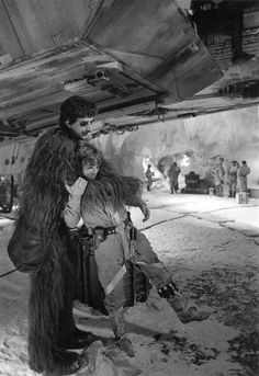 Peter Mayhew and Mark Hamill as Chewbacca and Luke Skywalker in Star Wars V The Empire Strikes Back Behind the Scenes Star Wars Film, Star Trek, Star Wars Cast, Peter Mayhew, Mark Hamill, Chewbacca, Tableau Star Wars, Star Wars Pictures, The Empire Strikes Back