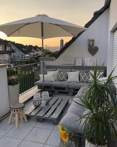 Proof that you don& have to buy an expensive seating group for a beautiful balcony decor, it& a gorgeous balcony design. Small Outdoor Patios, Outdoor Balcony, Small Patio, Balcony Garden, Backyard Patio, Outdoor Spaces, Outdoor Living, Outdoor Decor, Roof Balcony
