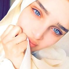 Hijab hijab a burka Beautiful Muslim Women, Beautiful Hijab, Beautiful Eyes, Beautiful People, Modest Fashion Hijab, Muslim Fashion, Arab Girls, Muslim Girls, Beau Hijab