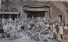 Deze foto is begin 50-er jaren voor de winkel van kruidenier G.A.  v.d.Beld aan de breitnerstraat in Arnhem.