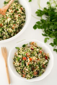This quinoa tabbouleh is ready in 20 minutes and is the perfect meal to eat on the go. Vegetarian Recepies, Raw Food Recipes, Veggie Recipes, Salad Recipes, Healthy Recipes, Healthy Salads, Free Recipes, Healthy Food, Vegan Recetas