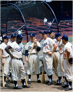 Here are eight Brooklyn Dodgers at the batting cage, Ebbets Field, 1955: pic.twitter.com/mzGteRR3kd