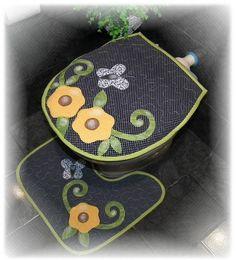Jogo de tapetes com porta papel higiênico feito em patchaplique com quilt livre. Várias cores e desenhos. R$ 120,00