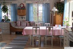 keittiö,vaaleanpunainen,valkoinen,ruokapöytä,värikäs