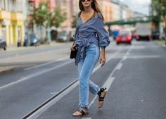 9 Denim Trends You Need to Know This Fall - Jeans on Jeans on Jeans! Denim Fashion, Girl Fashion, Fashion Outfits, Womens Fashion, Tie Up Flats, Two Toned Jeans, Estilo Denim, Fall Jeans, Denim Trends