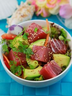 sauce soja, gingembre, citron, oignon rouge, salade, huile de sésame, sésame, riz blanc, feuille de coriandre, avocat, tomate cerise, thon