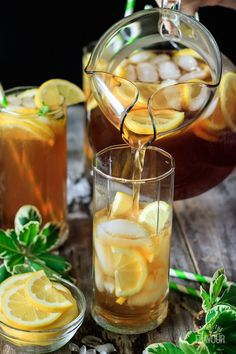 Arnold Palmer Drink: make this easy non alcoholic recipe tonight!  Southern style freshly brewed sweet tea topped with homemade tart lemonade is the best way to enjoy this summer classic.  It's great for entertaining! Make it fun and picture perfect by adding lemon slices and a cute paper straw. | www.savortheflavour.com #arnoldpalmer #sweettea #lemonade #nonalcoholic #recipe