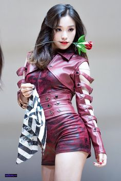 Gahyeon of Dreamcatcher. I do like this group's costumes - they tend to go for darker and more mysterious colours and styles. Roses between the teeth are optional.. let's tango! AMxx