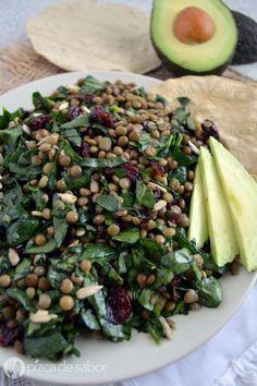 Deliciosa y fácil ensalada de lentejas con espinaca, arándanos y semillas de girasol. Perfecta para los días que quieres algo saludable y rápido.