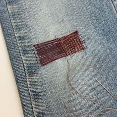 Such a cool idea for mending jeans! The different color/ shape creative potential in limitless! Maar nu be… Sashiko Embroidery, Embroidery Stitches, Hand Embroidery, Fabric Crafts, Sewing Crafts, Sewing Projects, Visible Mending, Make Do And Mend, Sewing Techniques