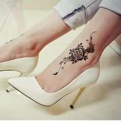 Most Trendy Feet Mehndi Designs for New Year - Sensod - Create. Most Trendy Feet Mehndi Designs for New Year - Sensod - Create. Super Flowers Tattoo Foot Vintage Ideas 131 Simple Arabic Mehndi Designs That Will Blow Your Mind! Henna Hand Designs, Mehandi Designs, Mehndi Designs Feet, Legs Mehndi Design, Arabic Henna Designs, Mehndi Design Pictures, Beautiful Henna Designs, Best Mehndi Designs, Henna Tattoo Designs
