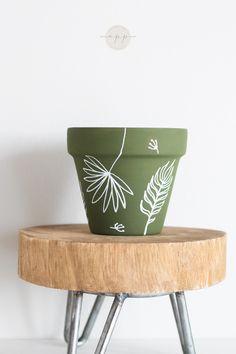 Painted Plant Pots, Painted Flower Pots, Painting Terracotta Pots, Flower Pot Art, Flower Pot Design, Pots D'argile, Clay Pots, Decorated Flower Pots, Diy Planters