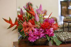 Arranjos com vandas, costela-de-adão, flor de bananeira, helicônias, e outras flores tropicais, feitos pela Milplantas para nossa festa baiana!
