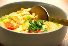 Thaisuppe er en en skøn suppe, der samtidig kan laves på under 30 minutter. Thaisuppen koges med kylling og risnudler, og hertil friske grøntsager. Danish Food, Frisk, Lchf, Thai Red Curry, Tapas, Cake Recipes, Good Food, Food And Drink, Dinner