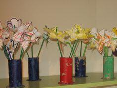 voorjaar/bosje bloemen: Het vaasjes is een geverfde wc rol. Onderaan inkepingen maken en deze op de ronde cirkel plakken. De stengels van de bloemen zijn limonaderietjes. De bloemknoppen zijn gemaakt van stevig papier en stukjes eierdoos.