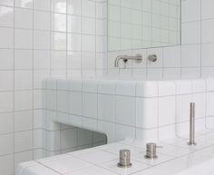 Bathroom with rounded tiles by DTILE (In België verkrijgbaar via Studio Helder Antwerpen en David & Goliath Gent) Bathroom Toilets, Bathroom Wall, Bathroom Interior, Modern Bathroom, Spa Interior, Interior Design, Farrow Ball, Home Decoracion, Best Bathroom Vanities