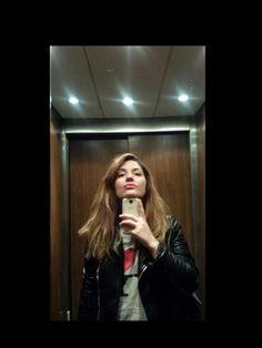 Tutt'apposto mi sto reggendo il mento col telefono. Storie di #selfie #telefoni e #ascensori