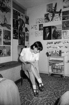 Teen Getting Ready Teen room posters hairstyle fashion Retro Room, Vintage Room, Bedroom Vintage, 1950s Bedroom, Teenage Girl Bedrooms, Teenage Room, Girls Bedroom, Bedroom Ideas, Deco Retro