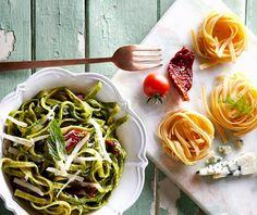 Η συνταγή του εργένη και του φοιτητή αλλά και για σένα που προσέχεις τη διατροφή σου. Ζυμαρικά με σάλτσα από σπανάκι και τυρί που γίνεται κρέμα. Έτοιμο σε λιγότερο από 15' και είναι πεντανόστιμο Pasta Recipes, Spinach, Spaghetti, Rice, Ethnic Recipes, Food, Essen, Meals, Yemek