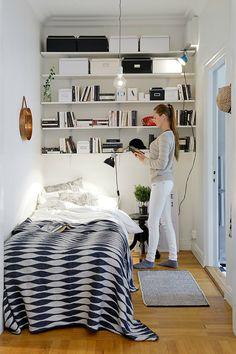 Benut ongebruikte ruimte in huis door hoge planken te gebruiken. Hang planken onder het plafond of boven deuren voor extra opbergruimte.