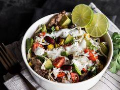 Burrito Bowl mit Rinderstreifen und Joghurt-Limetten-Dressing