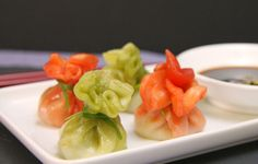 A colourful twist on the normal har gow recipe. Dim sum recipe: bright and colourful chicken and spinach dumplings with a spinach wrapper. An adaptation of h. Wok Recipes, Chicken Recipes, Recipe Chicken, Dim Sum, Appetizers For Party, Appetizer Recipes, Pork And Chive Dumplings, Chinese Dumplings, Coconut Desserts