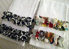 Toalhas ou pano de prato com aplicação de tiras de tecido franzido. É a simplicidade que encanta e surpreende.