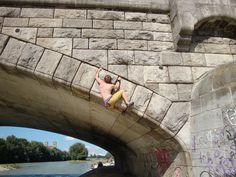 Doch was ist das überhaupt? Buildering ist das Bouldern und (recht selten) Seilklettern an Gebäuden, Statuen und allem Anderen, was im urbanen Raum sonst noch so rumsteht… In unserem Fall ist der urbane Raum die bayrische, wunderschöne Landeshauptstadt München. Nun, … Weiterlesen