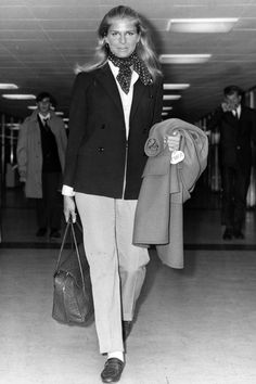 Candice Bergen, a timeless combination for travel. Candice Bergen, 1960s Fashion, Fashion News, Vintage Fashion, Fashion Trends, Travel Fashion, Classic Fashion, Fashion History, Ladies Fashion