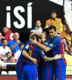 Novena Jornada de Liga. Valencia - FCB (2-3). Messi celebra el tercer tanto que da la victoria al FCB con sus compañeros.