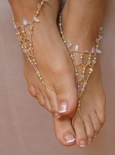 Indian feet with foot jewelry. I'm liking the idea of foot jewelry because hopefully we will dance at our reception and I don't wear shoes when I dance. I hate them. So instead, I have the foot jewelry as a replacement. Diy Schmuck, Bare Foot Sandals, Beach Sandals, Summer Sandals, Diy Barefoot Sandals, Barefoot Beach, Simple Sandals, Beach Shoes, Ankle Bracelets