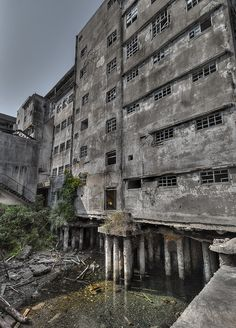 Hashima by Stefan the Cameraman, via Flickr Japanese Buildings, Old Buildings, Abandoned Buildings, Abandoned Places, Hashima Island, Abandoned Factory, Old Factory, Other Space, Tourist Spots