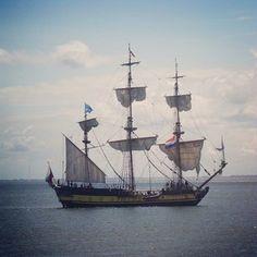 Tallship the Shtandart verlaat de haven van Oudeschild, dat is #ooktexel