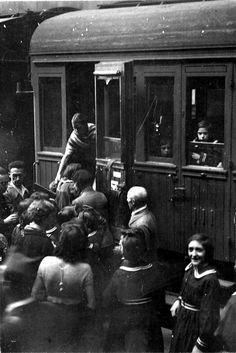 Tren lleno de refugiados de Madrid que llegan a Valencia, capital de la República durante la guerra civil española.