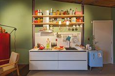 Decoração de: Cozinha integrada; parede verde; Casa de Valentina